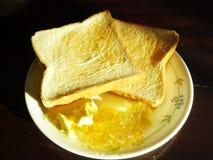 Rostade bröd med smör och driftstopp Royaltyfria Foton