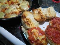Rostade brödrullar som fylls med tomatsås arkivfoto