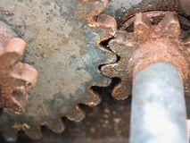 Rostade gamla kugghjul som kopplar ihop in i de arkivbild