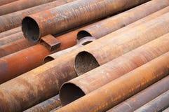 Rostade industriella stålrör på jordningen Arkivbilder