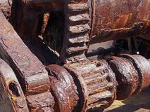 Rostade kuggar och kugghjul på en gammal bruten industriell maskin royaltyfria bilder