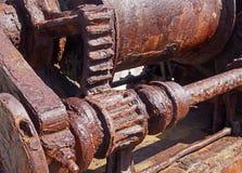 Rostade kuggar och kugghjul på en gammal bruten industriell maskin arkivfoton
