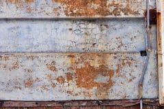 Rostade metallpaneler på gammalt hus arkivfoto