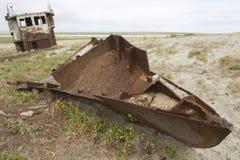 Rostade rest av fiskebåtar, Aralsk, Kasakhstan Arkivbild