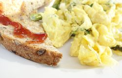 Rostat artisanal bröd och förvanskat ägg royaltyfri bild