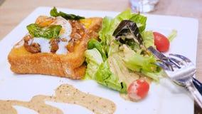 Rostat bröd av mat med sallad arkivfilmer