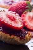 rostat bröd för jordgubbe för platta för bakgrundsblackdriftstopp Arkivbilder