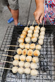 Rostat bröd för köttbulle för säljaregallergriskött på skyddsgallret Arkivbild