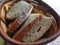 Rostat bröd i korgen Royaltyfri Fotografi