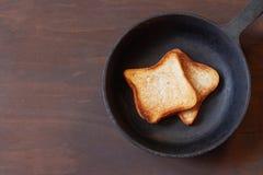 Rostat bröd i pannan Royaltyfria Bilder