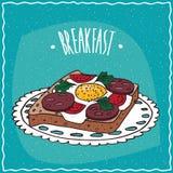 Rostat bröd med ägget och korven Royaltyfri Foto