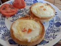 Rostat bröd med ägget, ost och tomaten Arkivbilder