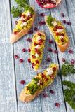Rostat bröd med avokadot och granatäpplet på grå färgtabellen arkivfoton