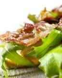 Rostat bröd med bacon och grönsallat Royaltyfri Bild