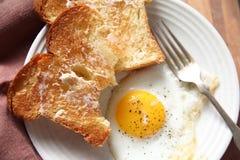 Rostat bröd med det stekte ägget Arkivfoton