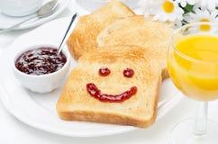 Rostat bröd med ett leende av driftstopp, kaffe, orange fruktsaft och den nya apelsinen Royaltyfri Fotografi