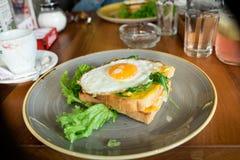 Rostat bröd med ett stekt ägg Fotografering för Bildbyråer