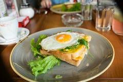 Rostat bröd med ett stekt ägg Arkivbilder
