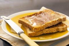 Rostat bröd med honung Arkivfoto