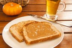 Rostat bröd med mandelsmör Royaltyfri Fotografi
