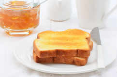 Rostat bröd med marmelad Arkivbilder