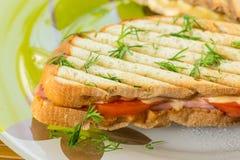 Rostat bröd med ost fotografering för bildbyråer