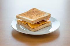 Rostat bröd med ost och bacon Arkivbild