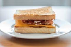 Rostat bröd med ost och bacon Arkivfoton