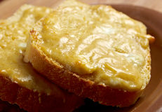 Rostat bröd med smält ost arkivbilder