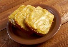 Rostat bröd med smält ost arkivbild