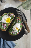 Rostat bröd med spenat och ägget Royaltyfria Foton