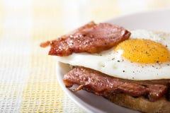 rostat bröd med stekt ägg och bacon Royaltyfria Foton
