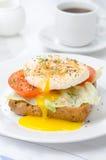 Rostat bröd med tomaten, grönsallat och det tjuvjagade ägget för frukost Royaltyfri Bild