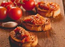 Rostat bröd med tomatsås. Arkivfoto