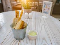 Rostat bröd med vitlök, örter och pinnen med kräm- sås på den vita trätabellsikten från över horisontal, aptitretare fotografering för bildbyråer
