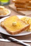 Rostat bröd och förvanskade ägg på bordlägga Fotografering för Bildbyråer
