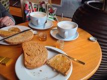 Rostat bröd och kaffe frukosterar i en restaurang eller en matställe Fotografering för Bildbyråer