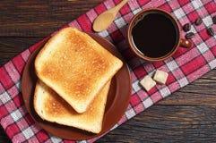 Rostat bröd- och kaffekopp arkivfoto