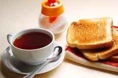 Rostat bröd och kopp te Arkivfoton