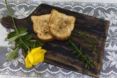 Rostat bröd och rosor, romantisk frukost på Valentine& x27; s-dag Tjänat som på ett träbräde med kopieringsutrymme fotografering för bildbyråer