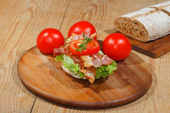 Rostat bröd rostat brödbröd, bacon, skinka, tomat, grönsallat Arkivbilder