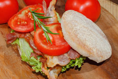 Rostat bröd rostat brödbröd, bacon, skinka, tomat, grönsallat Arkivfoton