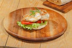 Rostat bröd rostat brödbröd, grillade kalkonescalope, tomaten, grönsallat, ro Royaltyfri Bild