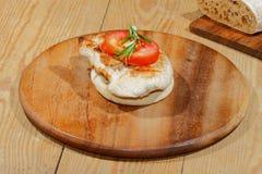 Rostat bröd rostat brödbröd, grillade kalkonescalope, tomaten, grönsallat, ro Arkivbild