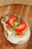 Rostat bröd rostat brödbröd, grillade kalkonescalope, tomaten, grönsallat, ro Royaltyfri Fotografi