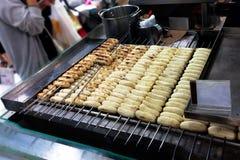 Rostat brödbananer i supermarket Royaltyfria Foton