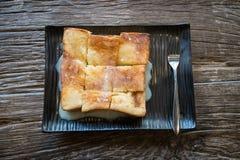 Rostat brödbröd med mjölkar royaltyfri bild