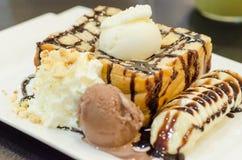 Rostat brödbrödpudding med glass och bananen Royaltyfri Foto