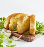 Rostat brödbrödskivor i remsor i metall lägger in Royaltyfri Foto