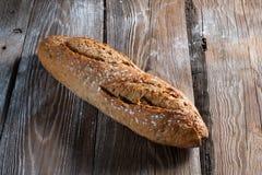 Rostat brödbrödskivor i remsor i metall lägger in Arkivfoton